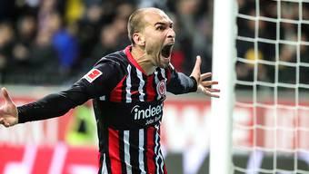 Frankfurts Bas Dost schreit die Freude über seinen Treffer raus.