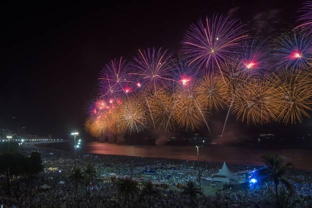 Feuerwerk an der Copacabana in Rio de Janeiro.