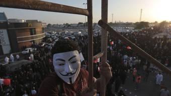 Ein Regierungsgegner mit einer Guy-Fawkes-Maske an einer Kundgebung im Jahr 2013 nahe Manama, Bahrain (Archiv)