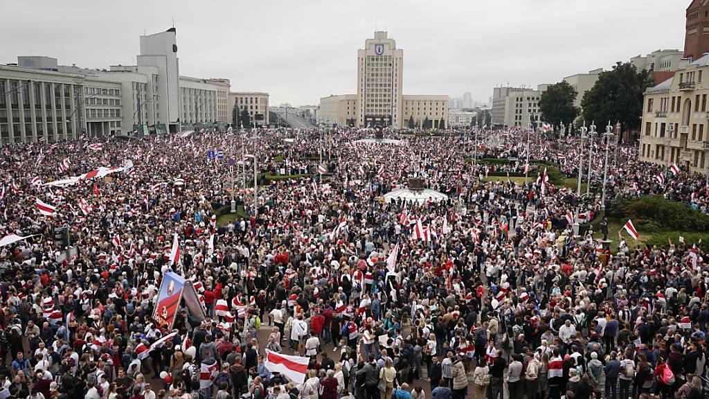 ARCHIV - Belarussische Oppositionsanhänger demonstrieren auf dem Unabhängigkeitsplatz in Minsk. Ein Jahr nach der umstrittenen Präsidentenwahl in Belarus und den darauf folgenden Massenprotesten will die Demokratiebewegung des Landes weiter gegen Machthaber Alexander Lukaschenko kämpfen. Foto: Evgeniy Maloletka/AP/dpa