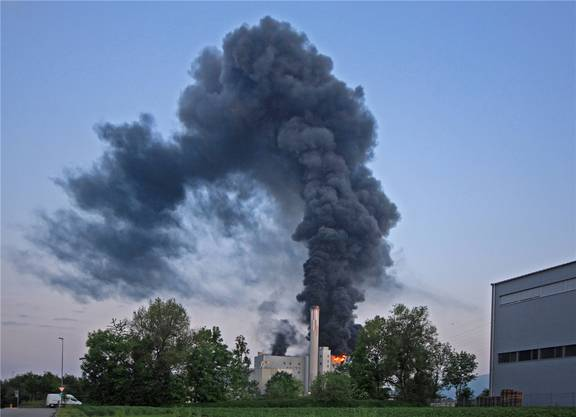 Flammen und Rauch sind von weitem sichtbar.