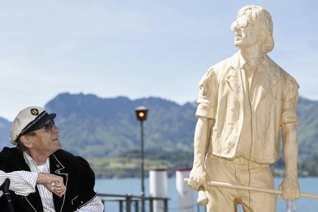 Im Mai 2017 wurde ein Denkmal zu Ehren von Polo Hofer im Hafen in Oberhofen eingeweiht. Im Bild posiert Hofer neben seiner Statue.