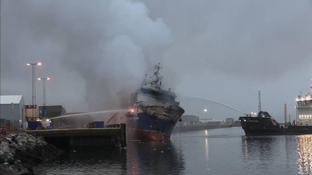 Brennendes Fischfangschiff in Norwegen gekentert