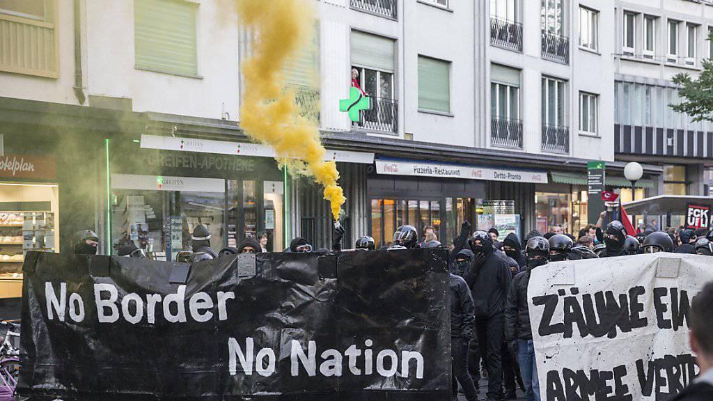 """Beim unbewilligten Protestzug gegen die Armeeübung """"Conex 15"""" liefen auch vermummnte Chaoten mit, welche nach Angaben der Staatsanwaltschaft Polizisten angriffen."""