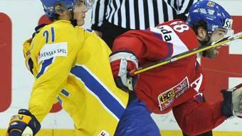 Tschechiens Superstar Jaromir Jagr (r.) wird von Eriksson gestoppt