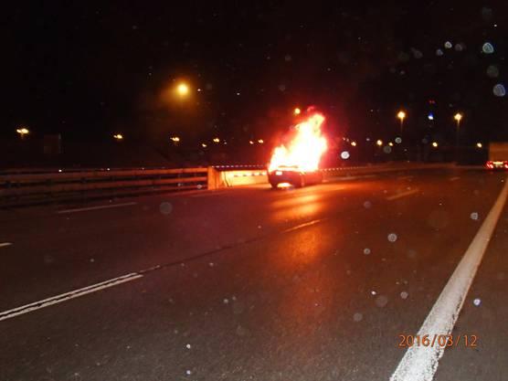 Kurz nach dem Bareggtunnel geriet der Mercedes in Vollbrand.