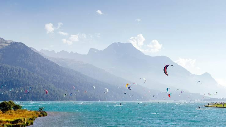 Wie ein Schmetterlingsschwarm: Wind- und Kitesurfer bevölkern im Sommer den Silvaplanersee.