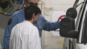 Der mutmassliche Attentäter von Québec, ein 27-jähriger Frankokanadier, wird von der Polizei zum Gericht gefahren.