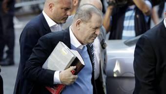 Harvey Weinstein stellte sich am Freitag in New York der Polizei. Er ist nach Zahlung einer Millionen-Kaution wieder auf freiem Fuss. (Archivbild)
