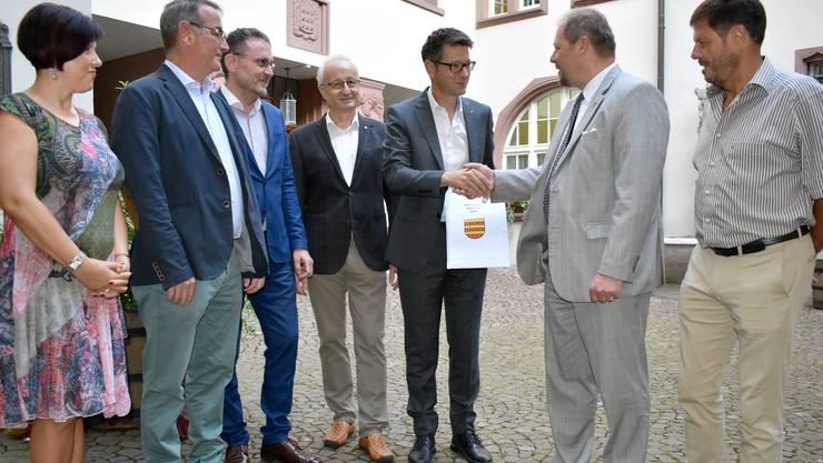 Das Referendumskomitee übergab die gesammelten Unterschriften an Stadtschreiber Roger Erdin und Stadtrat Walter Jucker.