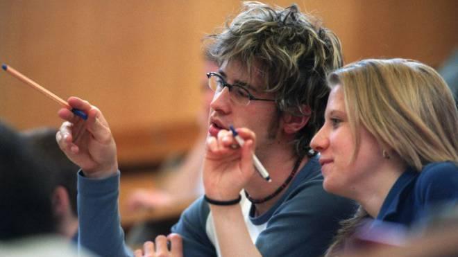 Doktorieren bald gemeinsam: Absolventen der Uni und der PH. Foto: Keystone