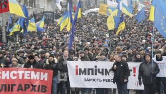 Mehrere Tausend Anhänger des abgeschobenen Kiewer Oppositionellen Michail Saakaschwili haben in der ukrainischen Hauptstadt den Rücktritt des Staatschefs Petro Poroschenko gefordert.