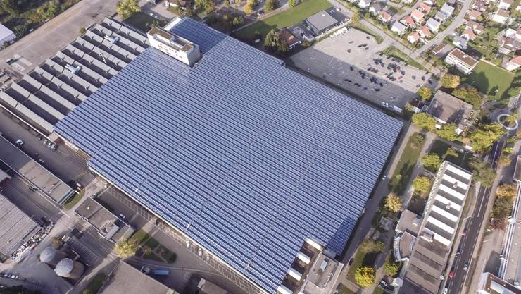 Helion Solar AG zieht aufs Areal Riverside in Zuchwil. Vor rund zwei Jahren hat das Unternehmen im Auftrag des Investors und zusammen mit andern regionalen Firmen diese leistungsstarke Photovoltaikanlage auf dem Dach der grossen Halle realisiert.