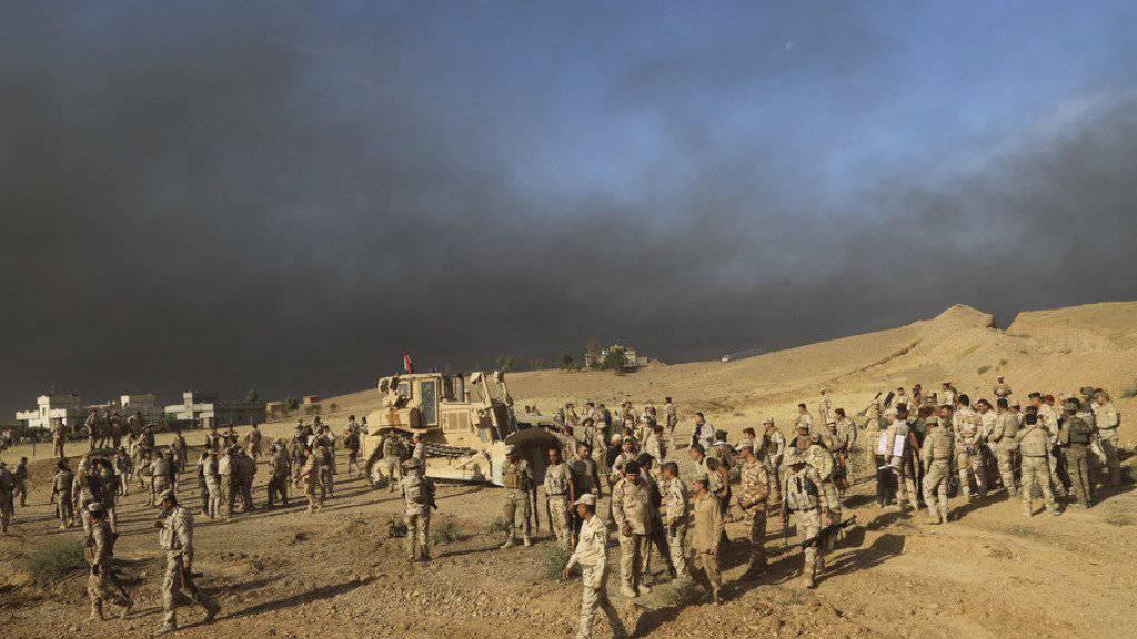 Irakische Soldaten am Donnerstag vor einem Angriff gegen den IS in Mossul. (Archivbild)