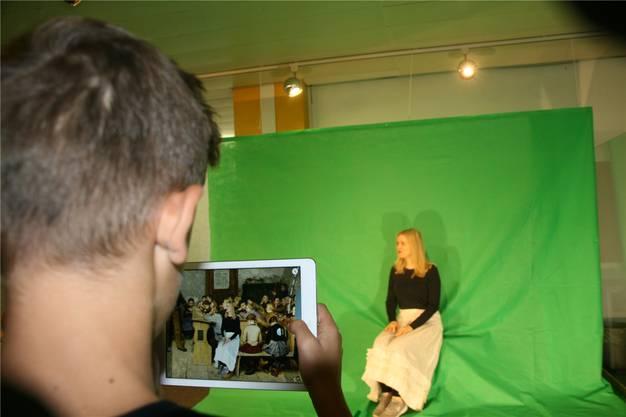 Zeitgenossen werden fotografisch in Albert Ankers Gemälde «Die Dorfschule» von 1848 hineingezaubert.