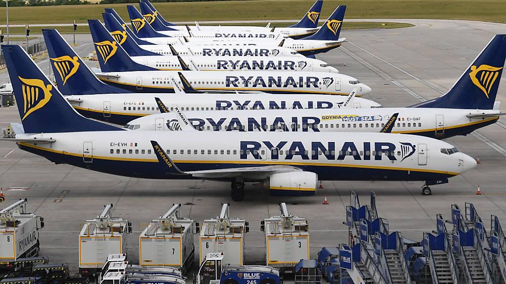 Die Corona-Reisebeschränkungen haben Europas grösstem Billigflieger Ryanair tiefrote Zahlen beschert. (Archivbild)