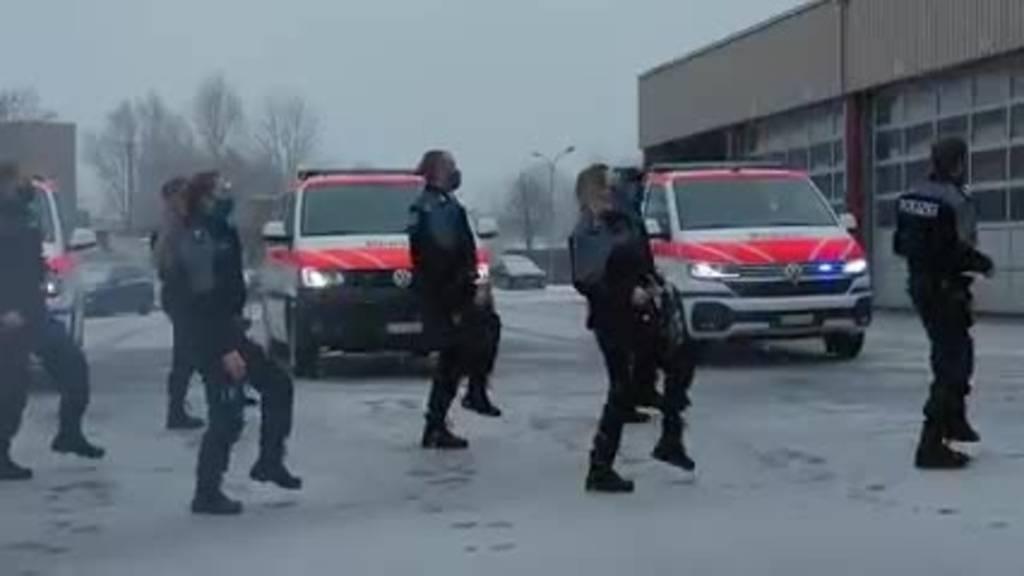 Die Zuger Polizei schwingt das Tanzbein zu Jerusalema