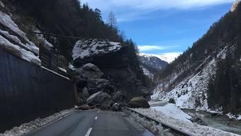 Die Engadinerstrasse ist im Unterengadin zwischen Martina und Vinadi seit einem Felssturz gesperrt, voraussichtlich für mehrere Tage.