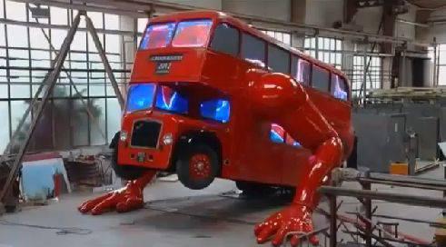 Der tonnenschwere Doppeldecker-Bus der Liegestütze macht – entwickelt vom tschechischen Künstler David Cerny
