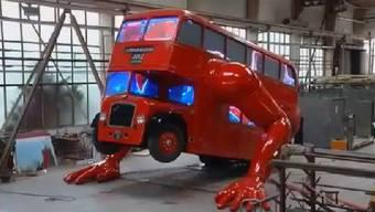 Der tonnenschwere Doppeldecker-Bus der Liegestütze macht – entwickelt vom tschechischen Künstler David Cerny.