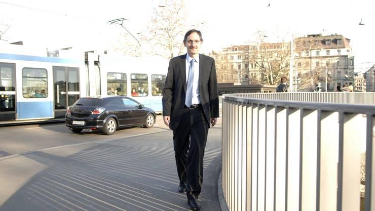 Regierungsrats-Kandidat Mario Fehr auf seinem Arbeitsweg. Foto: Peter Würmli