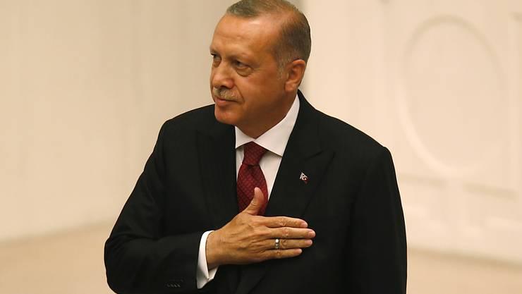 Der alte und neue türkische Staatspräsident Erdogan hat seinen Amtseid abgelegt. Die Vereidigung im Parlament in Ankara besiegelte den Umbau des Staates von einem parlamentarischen in ein Präsidialsystem.