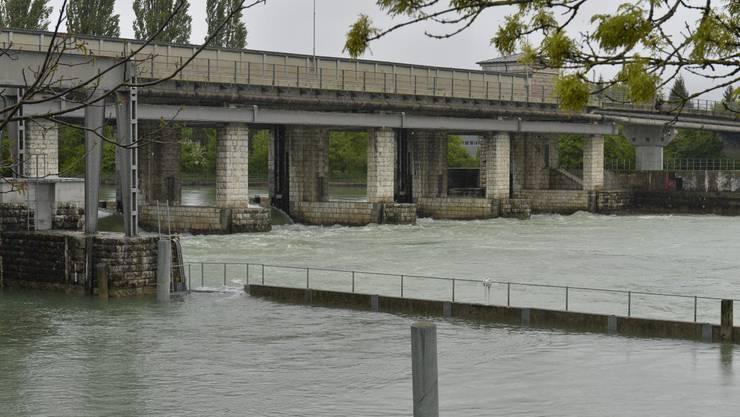 Die Schleuse Port wird bald mehr Wasser die Aare hinunter lassen.