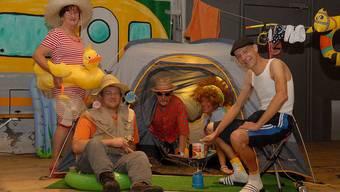 Das Deko-Team (v. l.) Rosmarie Tschabold, Daniel Tschabold, Hansruedi Flückiger, Silvia Herklotz und Roger Schnyder hat bereits das erste Zelt aufgeschlagen.
