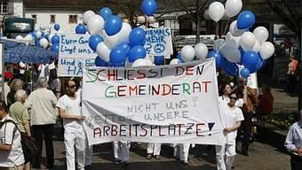 Spitalangestellte, Patienten und Sympathisanten auf dem Platz vor der Gemeindeverwaltung Riehen kurz vor Beginn der Gemeinderatssitzung