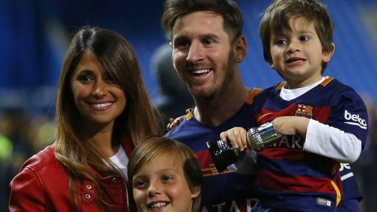 Lionel Messi mit seiner Gefährtin Antonella Roccuzzo und den beiden gemeinsamen Söhnen. Am Freitag wird geheiratet im ganz grossen Stil. (Archivbild)