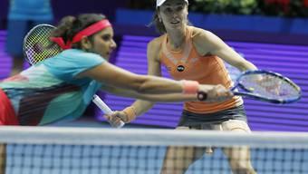 Martina Hingis (hinten rechts) und ihre indische Doppelpartnerin Sania Mirza müssen beim WTA-Turnier in Doha nach zuletzt 41 siegreichen Partien wieder einmal als Verlierer vom Platz