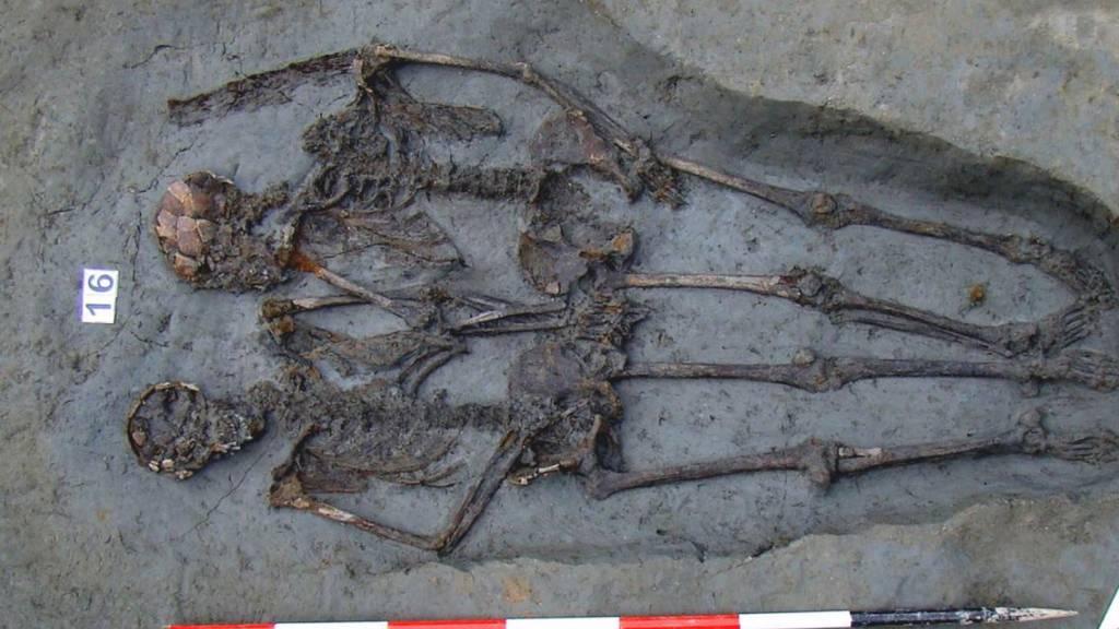 Wurden Hand in Hand begraben: Zwei aus der Spätantike entdeckte Tote in der italienischen Stadt Modena. (Archivbild)