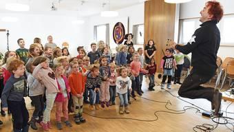 Christian Schenker während Aufnahmen für seine neue CD mit 75 Kindern im Pfarrsaal der St.-Marien-Kirche vergangenen November. Archiv