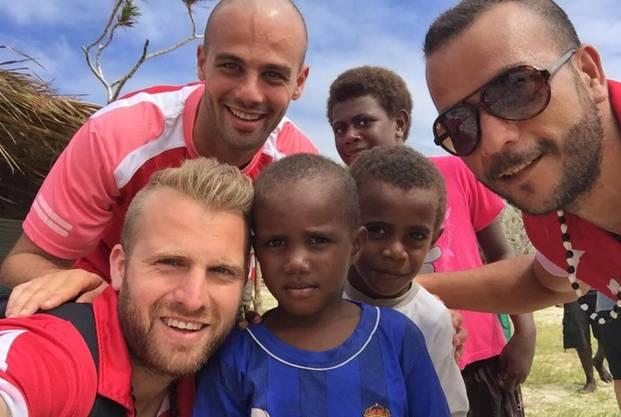 Ein Selfie als Trost: Carlo Polli besucht nach der Katastrophe obdachlose Kinder in Vanuatu.