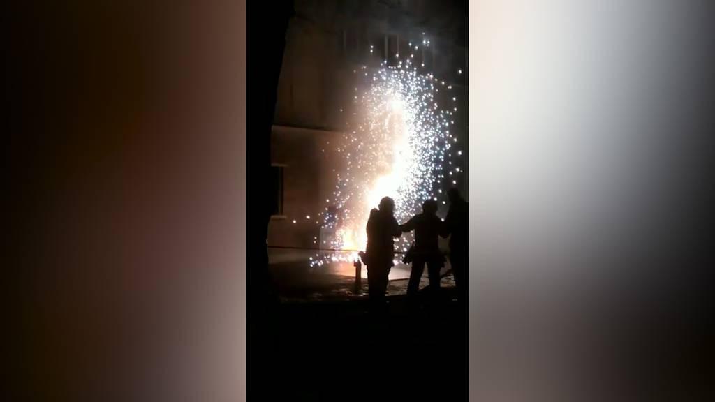 Brennender Stromverteiler verursacht Feuerwerksspektakel