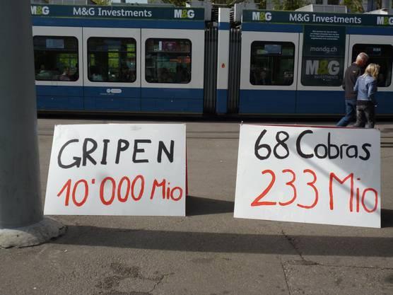 Die JUSO Kanton Zürich zeigt am Bellevue, wie teuer der Gripen-Kauf im Vergleich wäre.