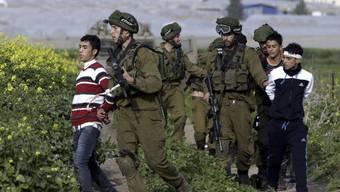 Israelische Sicherheitskräfte inhaftieren demonstrierende Palästinenser im Westjordanland
