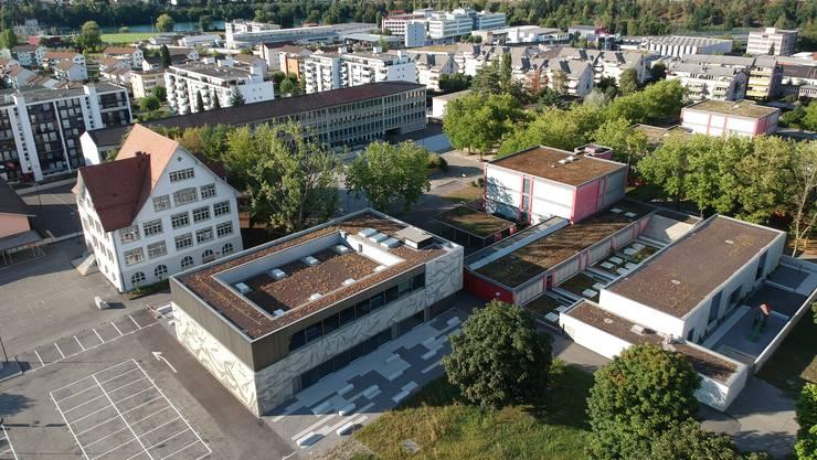 Blick auf das Neuenhofer Schulareal, das der Gemeinderat neu mit Videokameras überwachen will.