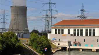 Ab voraussichtlich 2018 soll der Strommarkt auch für Privatkunden unter 100000 Kilowattstunden pro Jahr geöffnet werden (im Bild das Atomkraftwerk Gösgen mit Wasserkraftwerk in Niedergösgen). Bruno Kissling/Archiv