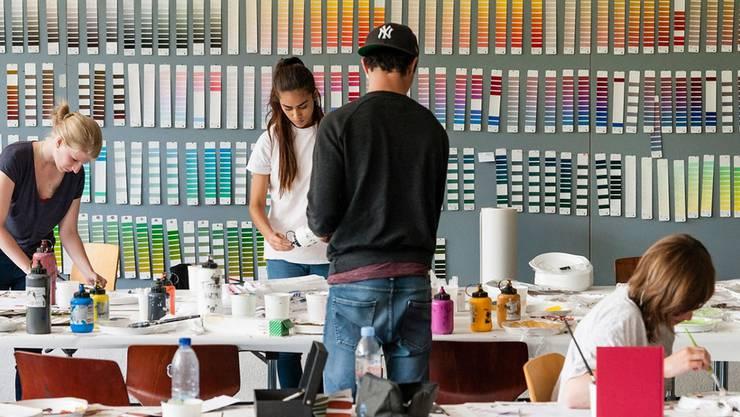 Schüler der Schule für Gestaltung in Basel erkunden die Farblandschaft. ZVG