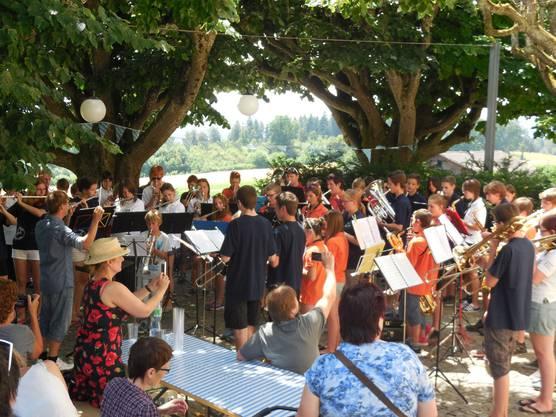 Die Gäste kommen in den Genuss eines Konzertes beim Mittagessen