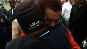 Tiger Woods konnte die Tränen nicht zurückhalten, als er seinen Vater Earl nach dem Triumph in Augusta umarmte