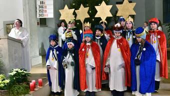 In der Kirche werden die Sternsinger von Gemeindeleiterin Beatrice Emmenegger für ihre Aufgabe vorbereitet.