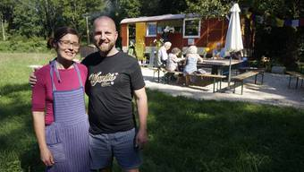 """Dominique Boutellier und Jana Ziegler betreiben auf der Wiese neben der """"Kreuzen"""" in Rüttenen eine Wiesenbeiz."""