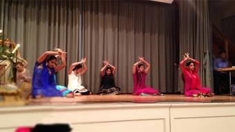 Die Mädchen der Indisch-Katholischen Gemeinschaft führen am Weihnachtsfest einen traditionellen Tanz auf.
