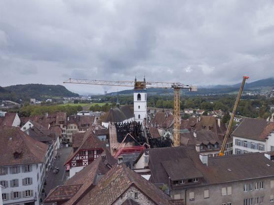 Für die weiteren Arbeiten auf dem Dach des abgebrannten Hauses in der Rathausgasse wurde am Donnerstag ein Kran aufgestellt. Aufgenommen am 26. September gegen 13 Uhr.