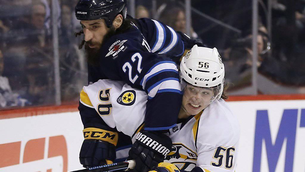 Torschütze Kevin Fiala (Nummer 56) im Zweikampf mit Winnipegs Chris Thorburn