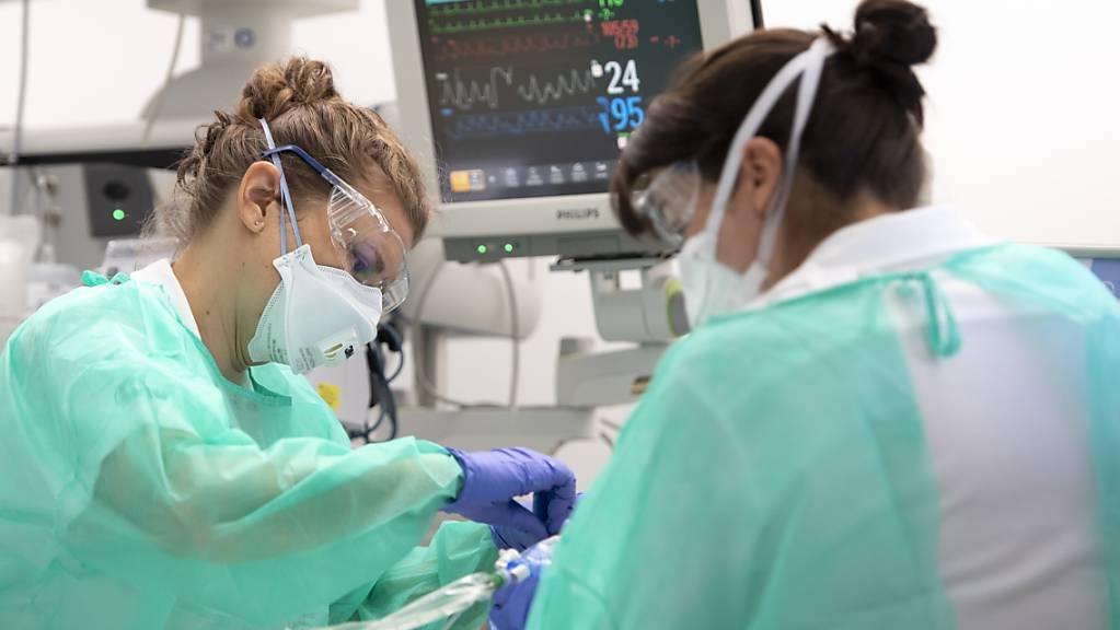 Krankenpflegerinnen betreuen einen Covid-19-Patienten im Universitätsspital Lausanne (Archivbild).