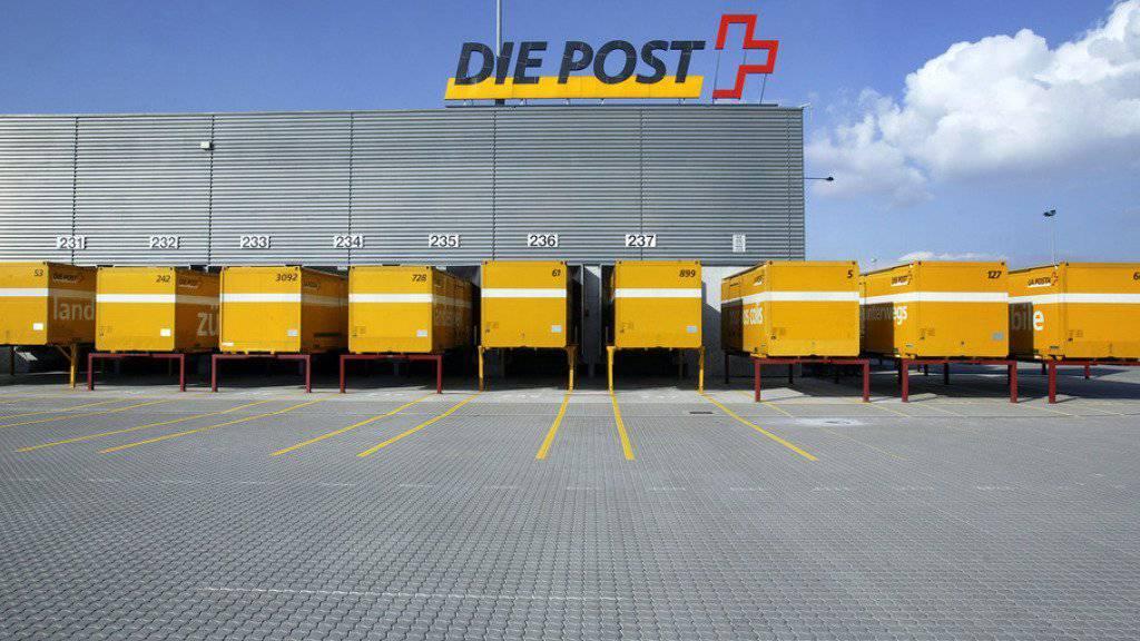 Die Post lagert den internen Transport aus und schafft die Lastwagenflotte über 3,5 Tonnen ab. 187 Chauffeure sind von der Sparmassnahme betroffen. (Symbolbild)