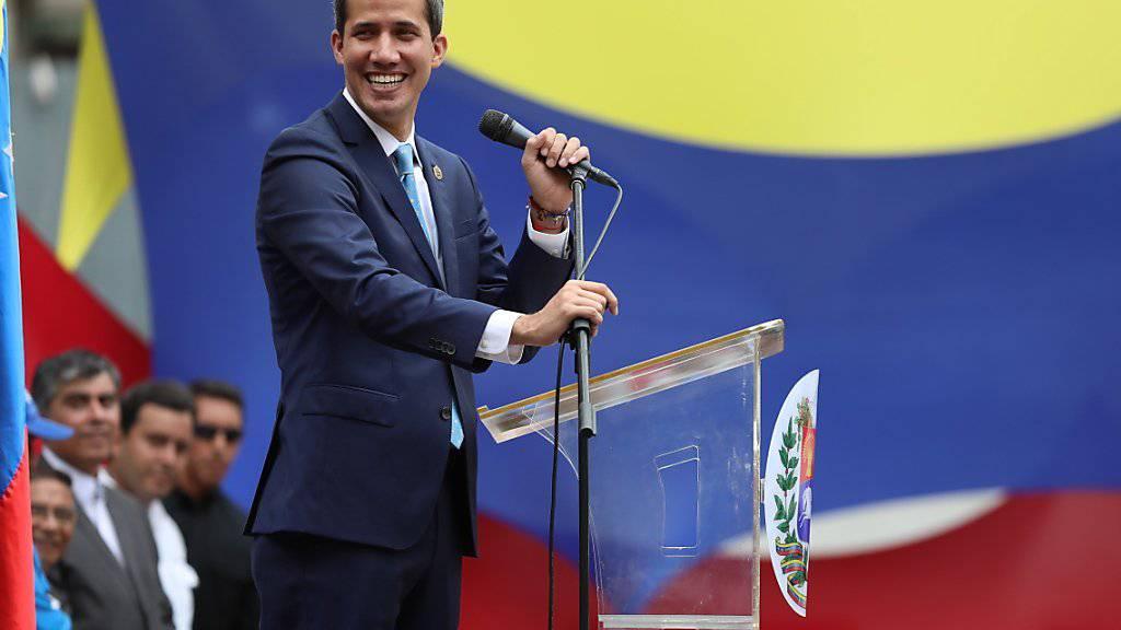 Der Oppositionsführer und selbst ernannte Übergangspräsident Venezuelas Juan Guaidó hat am Freitag zu neuen Protesten gegen das Maduro-Regime am 1. Mai aufgerufen.